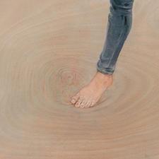 Die Wasserpfützen entwickelt der Künstler direkt aus dem Malgrund, der Holzmaserung heraus.
