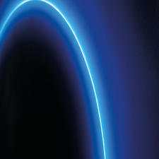 Der Kreis leuchtet in einem so intensiven Blau, als wäre eine Leuchtstoffröhre rückseitig montiert.