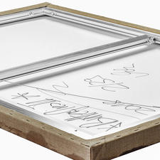 Rückseitig die Unterschrift des Künstlers und ein Metallrahmen zur Stabilisierung der Leinwand.