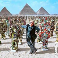 Von den Pyramiden von Gizeh bis zur Arktis, vom Roten Platz bis zur Chinesischen Mauer... Seit über 20 Jahren lässt HA Schult seine Mahnmale weltweit in Reih und Glied stellen.