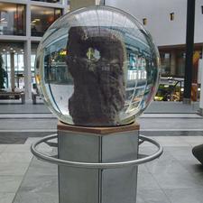 So wird das Entree Ihrer Firma zum Stadtgespräch: In der Riesenkugel (100 cm Ø, ca. 650 kg) bevölkern 5.000 Garnelen eine Vulkanstein-Skulptur. (Diese Sondergröße erhalten Sie auf Anfrage. Sockelhöhe und -material nach Ihren Wünschen. Lieferzeit 90 Tage.)
