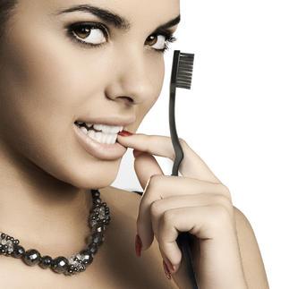 Black-Whitening-Zahnbürste oder -Schallzahnbürste Geniale Aktivkohle-Zahnpflege für strahlend weiße Zähne. In nur 14 Tagen.