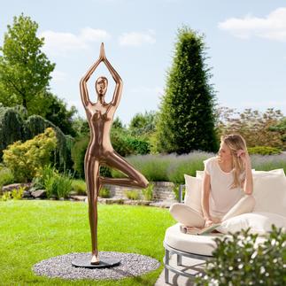 """Yoga-Statue """"Baum"""" Ganzjährig outdoortauglich – aus wetterfestem Kunstguss mit Bronze-Finish. Von Hand poliert."""