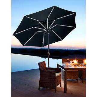 Blacklight Sonnenschirm Tagsüber Schatten spendend. Nachts solarbetrieben ein romantischer Lichterhimmel.