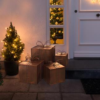 Deko-Geschenke aus Metall Himmlische Weihnachtspost: der Stapel Deko-Pakete aus bronzebraunem Metall.