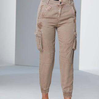 TWINSET Kirschblüten-Bluse oder Cargo Stilbruch-Looks sind weiter wichtig. TWINSET beherrscht den Trend wie kaum ein anderer.