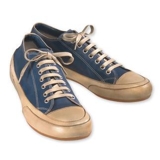 Der Edel-Sneaker nach dem Vorbild des ersten Turnschuhs. So zart wie Handschuhleder. Statt dicker Gummisohle ein eleganter, mit Leder bezogener Rand. Lässiger Luxus made in Italy.
