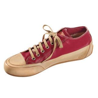 Der Candice Cooper Leder-Sneaker - der italienische Edel-Sneaker nach dem Vorbild des ersten Turnschuhs. Ferien für Ihre Füße – in handschuhweichem Ziegenleder. Der versteckte Absatz sorgt für einen femininen Gang.