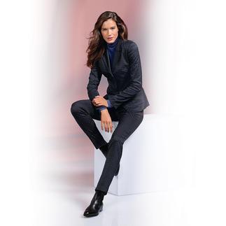 Der Hosenanzug mit jacquardgewebtem Krawatten-Dessin: unschlagbar vielseitig und unkompliziert. So leicht zu kombinieren wie ein unifarbener Anzug, aber viel interessanter und moderner.