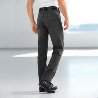 Endlich die richtige graue Jeans. Kombinierfreudig wie Indigoblau. Aber viel dezenter und seltener. Kerniger Denim mit Stretchkomfort und pflegeleichter Spezialausrüstung. Von Brax.