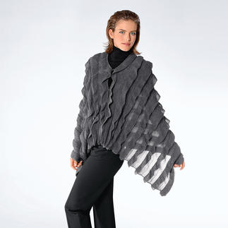 Mal eleganter Schal. Mal extravagantes Cape. Aus kostbarem Baby-Alpaka. Von Carbery/Irland. Der großzügige Schal wird geknöpft zum eleganten Cape. Die opulenten Rüschen sind aufwändig eingestrickt.