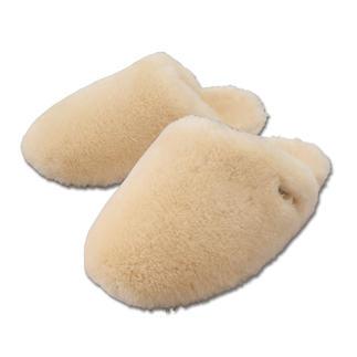 Die Lammfell-Luxus-Pantoletten von UGG® - 17 mm dickes, flauschiges Lammfell: wolkenweich und wunderbar warm. Rundum in luxuriöses Lammfell gehüllt werden Ihre Füße niemals frieren – aber auch nie unangenehm schwitzen.