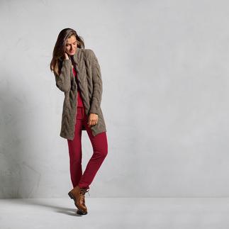 Der Donegal-Cardigan: durch ein Facelift weicher, schlanker, femininer. Mit 50 % Kaschmir veredelt. Extra flach gearbeitete Zöpfe halten die Silhouette schlank. Ein feiner Goldfaden bringt dezenten Glanz.