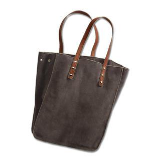 Die Tote-Bag aus edlem Kalbvelours: angesagte Taschenform - selten luxuriöse Ausführung. Im Gegensatz zu Modellen aus Baumwoll-Canvas und Leinen-Chambray ist diese Tote-Bag aus italienischem Leder.