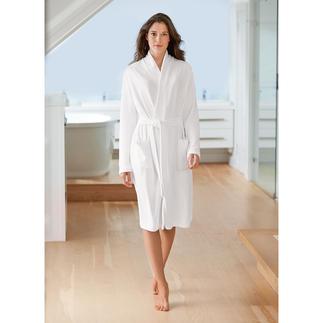Der feine leichte unter den Frottier-Bademänteln. Dabei äußerst feminin und elegant. Das Allround-Talent aus dem Atelier der Homewear-Spezialistin Cornelie Weiss.