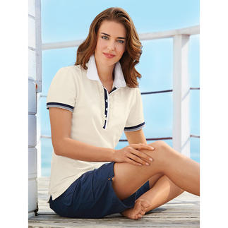 Das feminine Polo-Shirt mit Rüschen-Blende und Bubikragen. Viel charmanter als all die sportlichen Pikee-Polos.