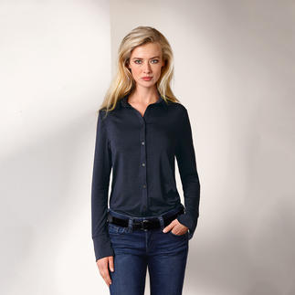 Die Long-Bluse aus seltenem Tencel®-Jersey. Bequem wie ein Shirt. Elegant wie eine Bluse. Nobler Glanz. Fließender Fall. Brillante Farbe. Beständige Form.