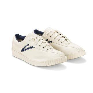 Der ewig aktuelle Kult-Klassiker unter den vielen modischen Sneakers. Designt in Schweden. Gefeiert in den USA. Hierzulande nur schwer zu finden.