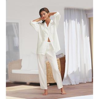 Der Seiden-Pyjama mit Etui - erschwinglicher Luxus zum Verlieben. Federleicht. Superweich. Umschmeichelt fließend den Körper. Und lässt die Haut atmen.
