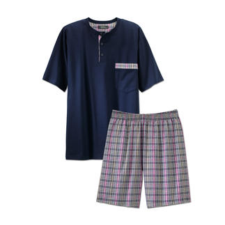 Der Lieblings-Pyjama zum kleinen Preis. Made in Germany von einem leistungsfähigen Spezialisten aus Sachsen. Weiches Jersey-Shirt in frischem Marineblau. Dezent karierte Shorts aus feinem Baumwoll-Popeline.