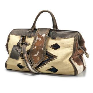 Die stilvolle Alternative zu langweiligen Reisetaschen. Vom niederländischen Ethno-Label PH&T. Der Weekender aus handgefertigtem Kelim mit Büffelleder- und Ziegenfell-Details.