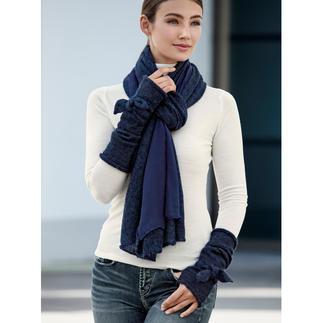 Die winterwarmen Accessoires mit selten femininer Note. Doubleface-Schal und Schleifen-Stulpen von Ancini, Italien.