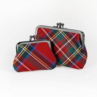 Die außergewöhnlichen Münzbörsen von Lochcarron of Scotland zu einem überraschend günstigen Preis. Rar gewordene Bügel-Form trifft auf geschichtsträchtiges Tartan-Dessin.
