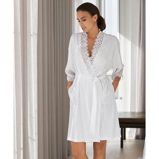 Der elegante Spitzen-Kimono vom deutschen Nacht- und Loungewear-Spezialisten Rösch. Die leichte, feminine Alternative zum Bademantel.