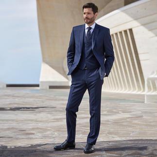 Der zeitlose dunkle Schurwoll-Anzug mit individueller Größenwahl. Unbeschadet übersteht er mehrere Moden – und unzählige Reisen.
