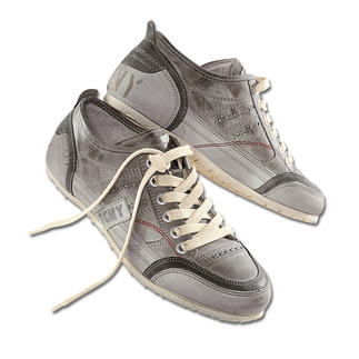 Der ideale Sneaker zu Jeans und Chinos. Aufwändig handfinished - jeder Schuh ein Unikat. Typisch Yellow Cab New York: Gummierter Absatz mit Autoreifen-Profil.