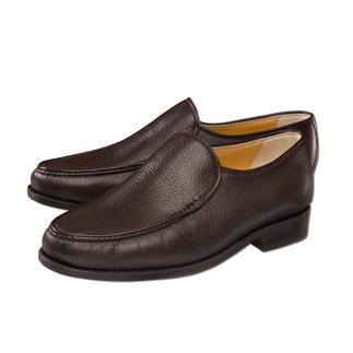 Der bequeme italienische Slipper aus wertvollem Hirschleder. Speziell für breitere Füße entwickelt. Sitzt bequem und lässt den Fuß durch die raffinierte Nahtführung schlanker erscheinen.