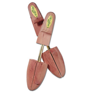 Schuhspanner aus Cedar-Wood verlängern die Lebensdauer Ihrer wertvollen Schuhe um ein Vielfaches. Sie nehmen die Feuchtigkeit vom Tragen auf und erfrischen das Leder durch angenehmen Duft.