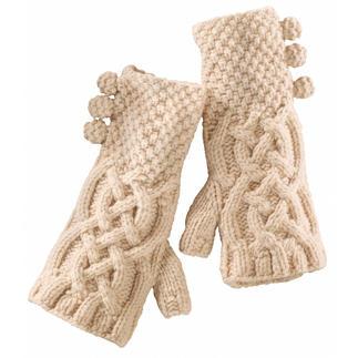Pulswärmer aus robuster, wärmender Lambswool. In Schottland handgestrickt, mit traditionellem Zopfmuster. Wärmen den Puls und die Handflächen, und so auch die Fingerspitzen. Ein schönes Geschenk ohne Passformproblem.