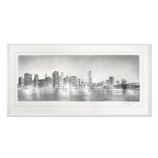 Koshi Takagi – New York at Night Fotorealistische Bleistiftzeichnung mit über 1 Million handgemalten Strichen. Die neueste Schwarz-Weiß-Edition Koshi Takagis (die erste ist bereits ausverkauft). 30 Exemplare. Maße: gerahmt 140 x 70 cm