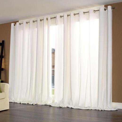 Ein optimaler Schall- und Lärmschutz wird mit zugezogenen Vorhängen bei leichtem Faltenwurf erzielt.