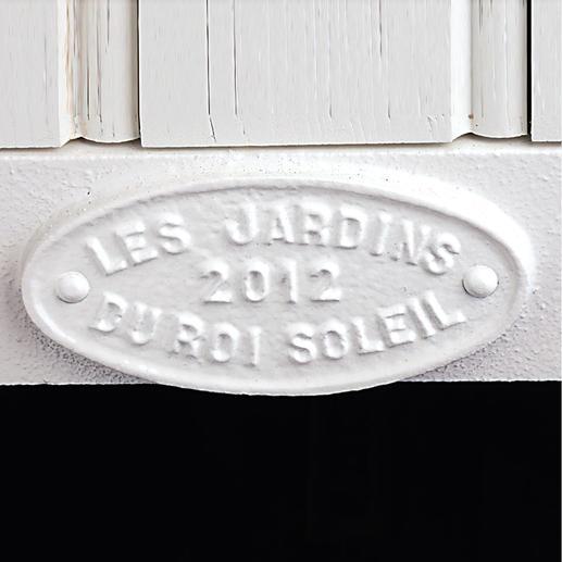 """Jeden Kubus kennzeichnet das Signet von """"Les Jardins du Roi Soleil"""" sowie das Herstellungsjahr."""