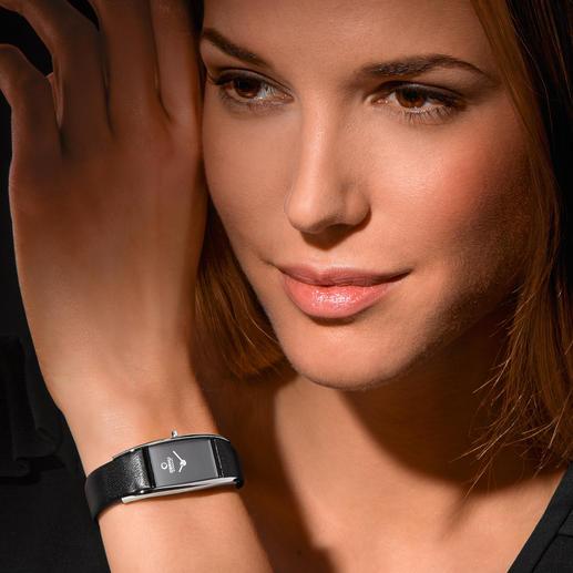 Die Uhr schmiegt sich sanft um Ihr Handgelenk – und stört nicht unter Blusenärmeln.