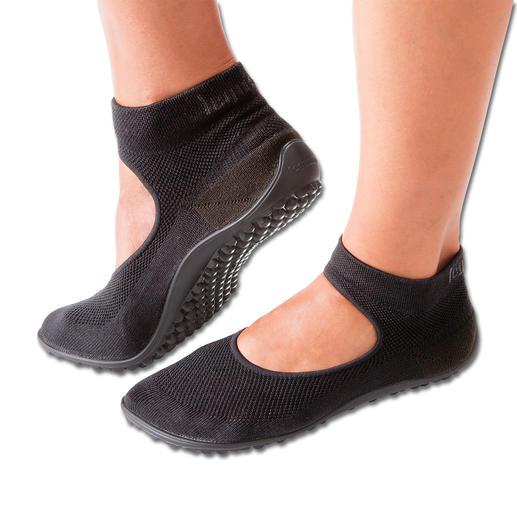 Ein Gummizug am Schaftrand und das elastische Fesselband sorgen für Halt und verhindern, dass Sie ungewollt aus Ihren Ballerinas schlüpfen.