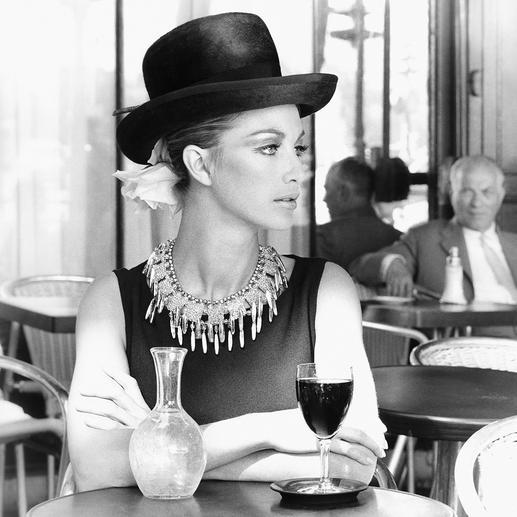 Bereits 1964 wurde das Collier in einem Pariser Café von der bedeutenden deutschen Modefotografin Regina Relang in Szene gesetzt.