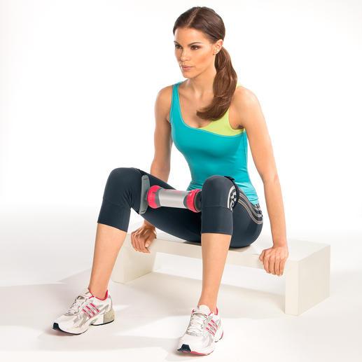 Beine zusammendrücken und auseinanderziehen stärkt die inneren und äußeren Oberschenkel.