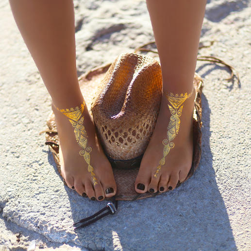 Temporary Tattoos Glamouröser Sommer-Trend: Goldene Schmuck-Tattoos auf zart gebräunter Haut – einfach zum Aufkleben.