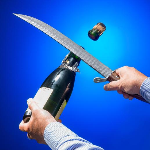 Ein gekonnter Hieb – schon fliegt der Korken samt Flaschenhals heraus. Und der Champagner kann strömen …