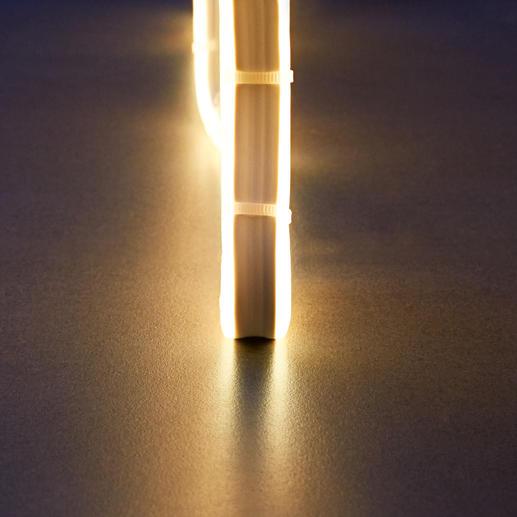 Das Licht wird gleichmäßssig zu beiden Seiten ausgestrahlt