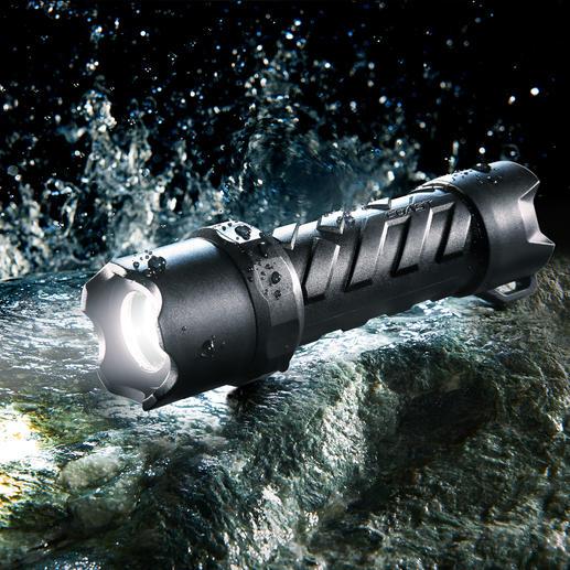 Coast LED-Taschenlampe Waterproof - Hell. Handlich. Wasserdicht. Und erstaunlich günstig. 250 Lumen Lichtstrom. Bis zu 121 m Leuchtweite. Fokussierbar.