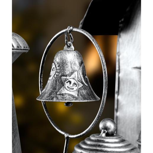 Besonders detailreich mit einer Glocke und Ornamenten auf dem Kessel.