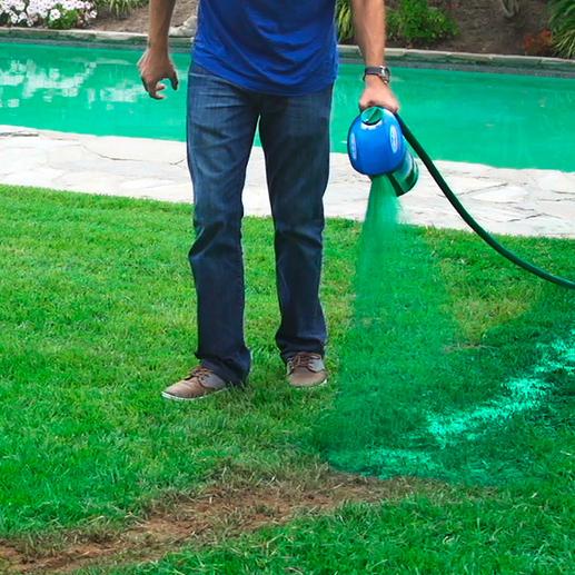 Einfach benötigte Menge Saatgut und patentierten Hydro-Mousse™-Trägerstoff in den Behälter füllen, Sprühkopf aufschrauben, Gartenschlauch anschließen und die Mischung auf die gewünschte Stelle sprühen.