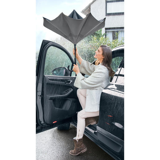 Schirm verkehrt - Trotz starker Schauer: trocken aus Auto, Bus und Bahn – ohne andere zu behindern.