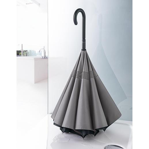 Senkrecht aufgestellt können Sie den Schirm platzsparend in der Dusche trocknen.