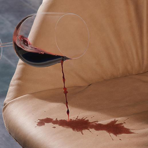 Ohne Imprägnierung mit Clean2go® verursacht Rotwein unschöne Flecken.