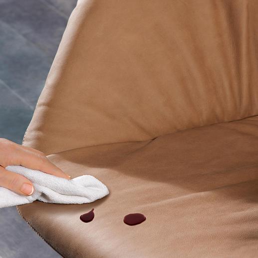 Impägniert mit Clean2go® perlt Rotwein einfach ab und die Oberfläche kann rückstandsfrei abgetupft werden.